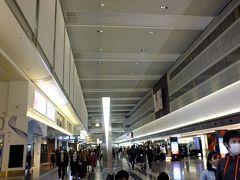13日早朝の羽田空港まだ6時前でしたがそこそこの人出でした。 JALのカウンターで咲き特割引きのエコにミーチケットをクラスJに変更 一人千円でグレードアップが出来ました。 その後スーツケースを預けてから手荷物検査へ。