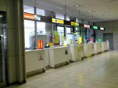 約一時間半、まあ実際に飛んでいるのは一時間余りのフライトで広島空港に到着。 写真は広島空港のレンタカー受付です。 八時半に到着しましたが少し先に到着したANA便のお客と一緒に成り受付は渋滞、写真は受付終了後の風景です。  ここで約30分待たされました。 GOTOトラベルで観光客が増えているかな