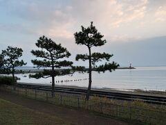 2020年11月8日(日)の朝です。 今回、のとじ荘の宿泊した部屋からは、見附島及び見附海岸が一望出来ました😋 快晴というわけではなく、相変わらず日本海らしい空模様ではありますが、🎵雨は降らないらしい~(望遠鏡は担いでない)(ベルトにラジオも結んでない)