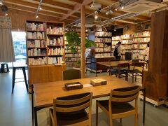 テーブルとイスがいくつか用意されていて、ちょい読みできるスペースも。