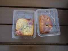 当初の予定ではD子との待ち合わせは、 13時にJR天王寺駅の中央改札出たところの日本旅行の前でした。 お昼ご飯は各自で済ませて置く予定でした。 しかし、昼ご飯を食べる時間がなかったので、天王寺ミオのパン屋さんで、 あんぱんとチーズベーコンのパンを買って友人D子と待ち合わせ。  てんしばのベンチで座って食べます。