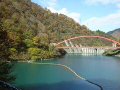 右手に宇奈月ダムと赤い湖面橋が見えてきた