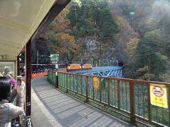 宇奈月駅を出て約25分、黒薙駅に停車、露天風呂があり宇奈月温泉の源泉になる黒薙温泉の最寄り駅、何人かの乗客が降りました