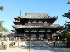 法隆寺中門です。 出入口の中心に柱が一本。これが、法隆寺が造られた時代には無い不思議な作りなんだそうです。  写真左側へ回り込んで拝観料1500円を支払って中へ入ります。西院伽藍、大宝蔵院、東院伽藍の共通チケットです。  まずは西院伽藍から拝見します。