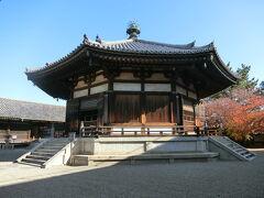 東院伽藍にある夢殿へ来ました。 この日は夢殿の本尊であり秘仏・観音菩薩立像(救世観音)の特別開扉中です。春と秋の一定期間、特別開扉されているそうです。  この救世観音像が見たくて奈良へ、法隆寺へ来ました。天智と天武に出てくるから1度見てみたくて。 有難いことに、私が来た時は殆ど人がおらずゆっくりと見ることが出来ました。写真撮影禁止で、外から覗く感じでしか見れなかったですが、ずーっと眺めていられる感じ・・・。 救世観音像は長い年月の間、ずーっと白い布で覆われて秘仏扱いで誰も見ることが出来ませんでした。白い布で覆われてって、まるで封印ですよね。白い布をとって観音様を目覚めさすと天変地異が起こると信じられていたそうな。 明治初期に外国人美術史家フェノロサと岡倉天心が巻かれていた白い布を剥ぎ取り、救世観音像が「発見」?されたそうです。  救世観音像は聖徳太子の等身像といわれています。他にも、怨霊を封じ込めた像だともいわれていたり・・・。 白い布で覆われて誰も見ることの出来ないようにして夢殿の中へ納めた、理由は一体何なんでしょうか。今となっては誰にも真相は分からない。ん~!!歴史ミステリーですよねぇ~(*´ `*)  夢殿の中、救世観音像の脇に、行信僧都の像もありました。行信は夢殿、東院伽藍建立に尽力した人です。