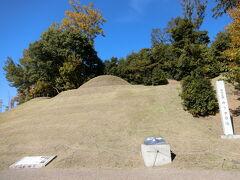 四神の館を出て少し上へ登っていくとキトラ古墳があります。小ぢんまりとした円墳です。