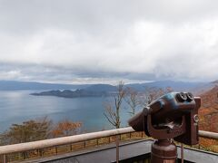 ホテルをチェックアウトし、午前中は十和田湖の景色を楽しもうと展望台へ。 十和田湖の南側から八幡平、湯瀬温泉方面につながる坂道を車で少し登ったところにある発荷峠展望台です。大きな駐車場やトイレもある整備された展望台でした。