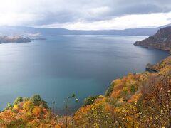 展望台はもう1ヶ所、瞰湖台の展望台に来ました。 御倉半島と中山半島に挟まれた中湖(なかのうみ)を望む展望所です。 中湖は十和田湖でいちばん深い(水深327m)ところなようです。十和田湖って昔火山だったカルデラ湖って知りませんでした。ここは十和田湖の三大展望台と言われ有名だったようですが、今はけっこう穴場かもしれません。ここまでの道の紅葉もきれいでしたが交通量がまばらで落ち葉で舗装面が見えないほどでした。 でも素晴らしいですよこの景色は!