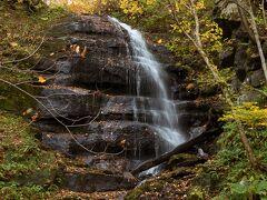 「九段の滝」。 滝が多くて撮った写真を見て何て滝か名前を調べ直したりするのですが、ここはわかりやすい。