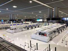 成田空港第2ターミナル。 早朝の為?国際線減便の為?ほとんど人は居ません。