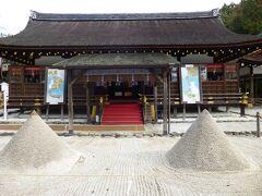 立砂と細殿、重要文化財。 盛り塩や清めの砂の起源になってるとかなってないとか・・