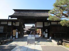 高山陣屋の正門・門の右手には門番所があります。表門前の広場では、朝市が行われています 受付で入場券を払って中を見学しました。