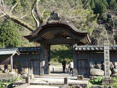 朝倉館の遺構としては、唐門と板塀が残っています。 唐門は、朝倉氏時代のものではなく、江戸時代に建てられたものだそうです。