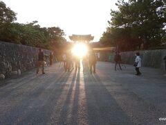 06:56 タクシーを降りて数分で早朝でも無料見学可能な守礼門に到着。ちょうど火災から満1周年、朝日が門の中央を上る日、どちらかわかりませんでしたがカメラマンが大勢寄っていました。  首里城公園 沖縄県那覇市首里金城町 綾門大道周辺の旧跡 綾門大道 あいじょ うふみち 守礼門 沖縄県那覇市首里寒川町 園比屋武御嶽石門 沖縄県那覇市首里真和志町1丁目17-3 歓會門 沖縄県那覇市首里当蔵町3丁目 真珠湊碑文 沖縄県那覇市首里金城町1丁目 レストセンター首里杜館 沖縄県那覇市首里金城町1丁目 御細工所跡 天界寺跡 玉陵 たま うどぅん 沖縄県那覇市首里金城町1丁目