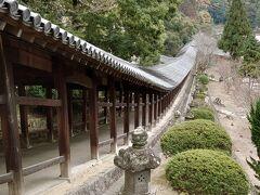 御朱印をお願いしました。こちらは直筆でご用意いただけるとのことで、御朱印帳預けて、回廊へ 約400メートルの大回廊、圧巻です。 神社の後ろの山も回廊に演出を添えてしているようにみえます。