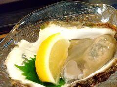 能登線の笠師保駅の脇にある能登風土さんで 軽くランチ代わりの海鮮焼き。 夏なので牡蠣は岩牡蠣!