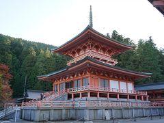 法華総持院東塔 昭和55年に阿弥陀堂の横に再興されました。伝教大師最澄は日本全国に6か所の宝塔を建て、日本を護る計画をされましたが、その中心の役割をするのがこの東塔になります。