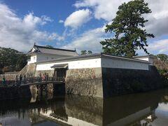 馬屋曲輪から見た住吉橋と銅門。 梅林駐車場に車を入れて、いよいよ小田原城です。 報徳二宮神社が隣なので、七五三姿の家族連れが目立ちます。我が家は済ませたばかり。