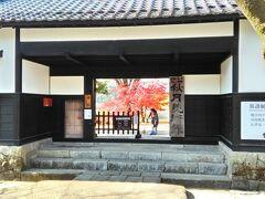 ここは秋月美術館です。どっしりとした入口の向こうに紅葉真っ盛りの一本が見事です。