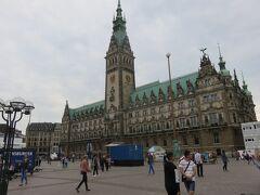 アメリカンチェリーを食べながらぶらぶらと歩き  ハンブルク市庁舎にやってきました!!