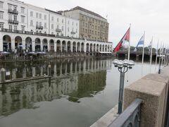 運河の対岸は  まるでベネチアのような雰囲気のアーケード  カフェでゆっくりしたいですね