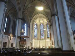 旧市街地にありながら  教会内は人も少なく  とても厳かな雰囲気です   ステンドグラスが素敵でした!!