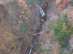 橋の上から谷の上流側を見ると、滝が落ちています。
