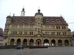 ローテンブルクの町の中心にあるのがマルクト広場で、その西に建っているのが市庁舎。
