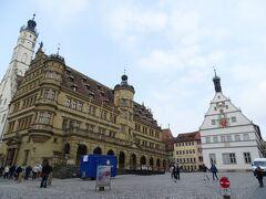 市庁舎とからくり時計のある市議宴会館が並ぶ、ローテンブルクの中心・マルクト広場。