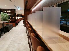 福岡空港のJALさくらラウンジでコーヒータイム。 閑散としています、金曜なのにビジネス客がほとんどいませんコロナで出張自粛 と羽田減便だからな・・・?