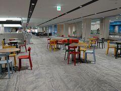 伊丹空港に到着、綺麗にリニューアルされています。 可愛らしい色の椅子も、ソーシャルディスタンス!