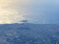 無事離陸です!!  あれは・・江の島ですね。。 天気も良いし多くの観光の方も行っているかなぁ~