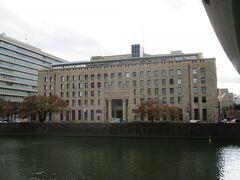 こちらは三井住友銀行の大阪本店の建物です。  土佐堀川沿いに建つ、大きな建築物です。