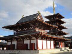 金堂と五重の塔です。  金堂も現在は内部の見学が出来るようになっています。