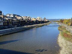 夜までになんとしてもお腹をすかせたいのでひたすら歩く。 鴨川~~~!!私帰ってきたよ~~~~!(特に縁はありません) ちょっと前に「舞妓はレディ」という映画見ましてね。。ああいうの見ちゃうといきたくなりますよね、京都