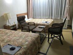 ホテルは、西小泉駅最寄りのビジネスホテルエンペラーにしました。群馬県のスポットである未来MiRaiが西小泉駅から盗れるという情報を得まして、じゃあ、ここからギリギリ盗れるな、と決めました(*^^*ゞ。なんと、当日の朝に予約しました(笑。  ホテルは非常に古いです。ただ、清掃はきちんとしてあるようです。  そして、部屋に入ってちょっとびっくりしました。和室にベッド! ビジネスホテルでこれは初めて見たかも~。 夫は和室好きなので、和室なら布団で良かったのに~と残念がっていました(^_^;)。