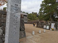 朝一の開城にあわせて8:30大手前駐車場に到着し国宝松江城に行きます
