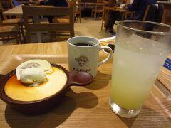カフェビンセントで、ゴッホの黄色いプリン、コーヒー、徳島スダチスカッシュ。 ナプキンなどにも同じようにゴッホの絵が描かれていました。