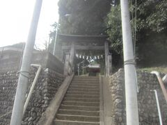 やっとのことで坂の頂上へ まずは百草園のお隣の八幡神社に来ました