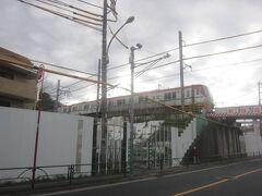 京王動物園線の高架を潜れば、高幡不動