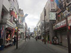駅から高幡不動へと延びる参道を進んで行きます