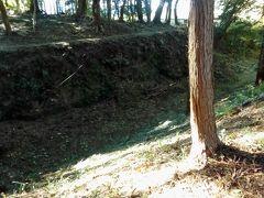 深い外堀の跡。