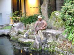 14日は朝早くホテルを出て宮島口に向います。 連日の早起きですね。 写真はホテルの池にある釣り人の像です。