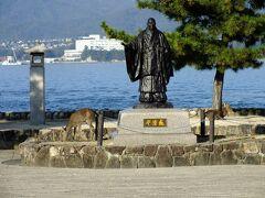 宮島フェリー乗り場の前の広場には平清盛像がありました。 意外と皆興味を見せず。厳島神社方向に進んでいきます。