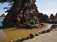 そこから海岸の温泉に行きます。 松が下雅湯。 ここはパイプが引いてあるから、干潮でも入れる。 水着はもう朝から来てるから準備万端。そのまま脱いで入ります。