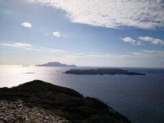 次に石山展望台。むちゃくちゃ景色いいです。 式根島と神津島。 式根島が本当に小さく見える。