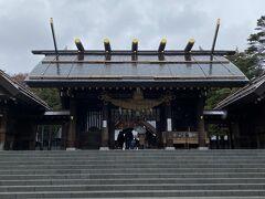 北海道神宮。雪が降りそうな天気のなか、結婚式とか七五三とか。