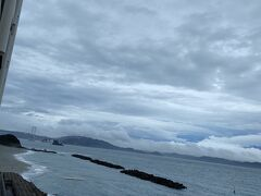 6:30 事前の天気予報は雨でしたが、曇り 部屋のベランダから身を乗り出すと、大鳴門橋が見えました