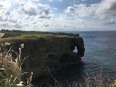 今回の一つ目の目的地「万座毛」。 去年の沖縄旅行は土砂降りが続いたため来れなかったのです。。。 やっと来れて気分がウキウキしてきました(^^)
