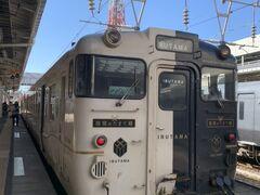 九州の観光列車って内装が凝っていたりするんだよね。一度乗ってみたかったんだ。  鹿児島中央駅~指宿駅まで特急指宿のたまて箱 略して「いぶたま」  事前にJR九州のサイトから座席予約済。 窓に向いて座る眺めの良い席はすでに満席! 早めの予約をおすすめします…( ;∀;)